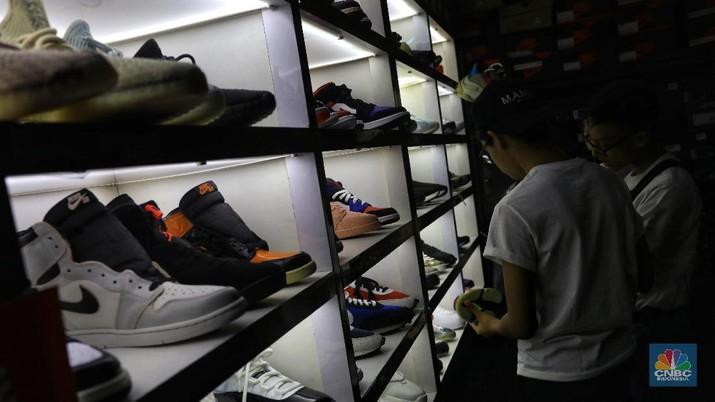Ribuan pengunjung terlihat mengantre masuk ke plaza Gedung District 8, SCBD, Jakarta Selatan (08/11/2019). Terdapat beberapa brand sepatu yang merilis produk hasil kolaborasi eksklusifnya, diantaranya sepatu Compass, Untold, Rafheoo Footwear, hingga G-Shock. Selain itu, ada pula kolaborasi eksklusif seperti ublic Culture, FR2 (Fxxcking Rabbit), Atmos, hingga Round Two by Sean Wotherspoon.(CNBC Indonesia/ Andrean Kristianto)