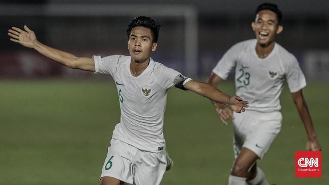 David Maulana menambah keunggulan Timnas Indonesia U-19 menjadi 3-0 lewat tendangan bebas. Tendangan kaki kiri David tak mampu dibendung kiper lawan dengan sempurna. (CNN Indonesia/Bisma Septalisma)