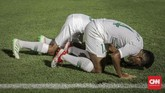 Timnas Indonesia U-19 mengakhiri babak pertama dengan keunggulan 2-0. Gol kedua dicetak oleh Fajar Fathur Rahman memanfaatkan umpan matang Supriadi. (CNN Indonesia/Bisma Septalisma)