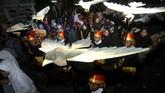 Sejumlah peserta membawa replika burung Garuda saat pawai Rolasan di Tegal, Jawa Tengah, Jumat (8/11). Pawai sambut Maulid Nabi Muhammad SAW yang diikuti ratusan peserta tersebut diisi dengan berbagai macam seni pertunjukan. (ANTARA FOTO/Oky Lukmansyah)
