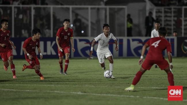 Timnas Indonesia U-19 langsung berusaha menekan pertahanan Hong Kong sejak laga dimulai. (CNN Indonesia/Bisma Septalisma)