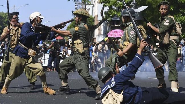 Walikota Surabaya Tri Risma Maharini juga menghadiri aksi teaktrikal ini dan sempat berpesan pada warganya untuk menjaga persatuan. (ANTARA FOTO/Zabur Karuru)