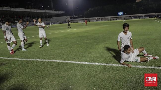 Kemenangan 4-0 atas Hong Kong membuat Timnas Indonesia U-19 menjadi pemuncak klasemen dengan nilai enam poin. (CNN Indonesia/Bisma Septalisma)
