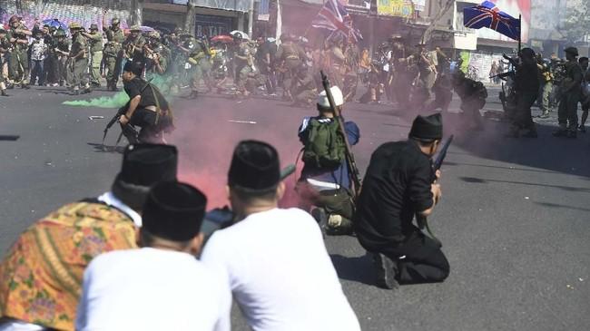 Aksi teatrikal ini juga disaksikan ribuan warga Surabaya yang memadati jalan-jalan dan dengan antusias menonton. (ANTARA FOTO/Zabur Karuru)