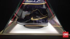 Sneaker Rp130 Juta,Berlapis Emas 24 Karat dan 4.100 Swarovski