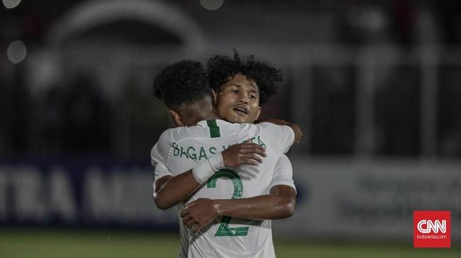 Bagus Kahfi melengkapi pesta gol Timnas Indonesia U-19 lewat gol penalti yang membuat skor menjadi 4-0. (CNN Indonesia/Bisma Septalisma)
