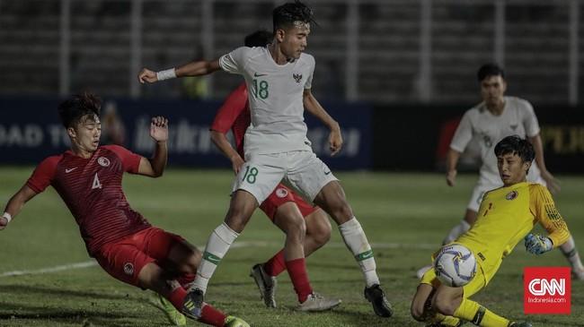 Unggul tiga gol tidak membuat Timnas Indonesia U-19 berpuas diri. Skuat arahan Fakhri Husaini terus mencoba menekan pertahanan Hong Kong. (CNN Indonesia/Bisma Septalisma)