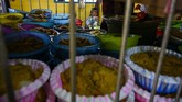Warga membaca zikir saat kenduri dengan sajian aneka makanan pada perayaan Maulid di Palu, Sulawesi Tengah, Kamis (7/11). Tradisi yang telah berakulutrasi dengan budaya setempat itu sudah dilakukan secara turun temurun dengan menyediakan aneka makanan yang dihias dengan telur dan dibagikan kepada warga. (ANTARA FOTO/Basri Marzuki)