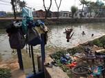 Mengintip Aktivitas Warga Pakai Air Kali Cisadane yang Butek