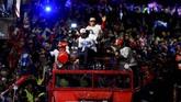 Ribuan orang turun ke jalanan Kota Cervera ketika Marc Marquez dan Alex Marquez melakukan pawai keberhasilan merebut gelar juara dunia MotoGP dan Moto2 2019. (JOSE JORDAN / AFP)
