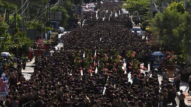 Pramuka menampilkan Tarian Indonesia Menari bersama dalam rangka memperingati Hari Pahlawan di Lampung, Minggu (10/11/2019). Kegiatan tersebut diikuti oleh 25.630 penari Pramuka tersebut berhasil memecahkan rekor Museum Rekor Indonesia (MURI) sebagai rekor peserta penari terbanyak. (ANTARA FOTO/Ardiansyah)