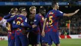 Para pemain Barcelona merayakan gol ke gawang Celta Vigo. Kemenangan atas Celta membuat Barcelona tetap di puncak klasemen dengan keunggulan selisih gol atas Real Madrid. (AP Photo/Joan Monfort)