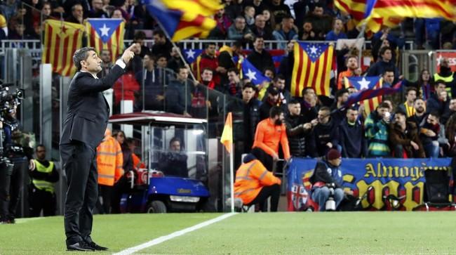 Pelatih Barcelona Ernesto Valverde memberi instruksi kepada para pemain. Hattrick Lionel Messi pada menit ke-58 membuat Barcelona lebih tenang dalam menghadapi Celta Vigo. (AP Photo/Joan Monfort)