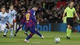 Barcelona membuka keunggulan pada menit ke-23 ketika penalti Lionel Messi mengecoh kiper Ruben Blanco. Penalti didapat Barcelona setelah Joseph Aidoo melakukan handball. (AP Photo/Joan Monfort)