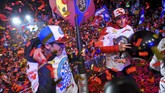 Marc Marquez dan Alex Marquez merayakan gelar juara dunia Grand Prix bersama ribuan penduduk Cervera. Alex memastikan gelar juara dunia Moto2 2019 di GP Malaysia, akhir pekan lalu. (Photo by JOSE JORDAN / AFP)