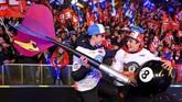 Marc Marquez dan Alex Marquez foto bersama di atas panggung dengan latar belakang ribuan pendukung di Cervera. (JOSE JORDAN / AFP)