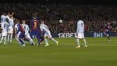 Babak kedua berjalan tiga menit, Lionel Messi kembali mencetak gol lewat tendangan bebas untuk membawa Barcelona memimpin 3-1. (AP Photo/Joan Monfort)