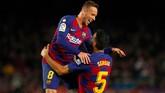 Gol keempat Barcelona tercipta melalui tendangan mendatar Sergio Busquets pada menit ke-85. Busquets kemudian merayakan gol bersama Arthur. (AP Photo/Joan Monfort)