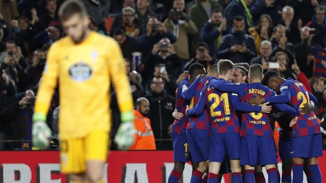 Kiper Ruben Blanco hanya bisa terdiam setelah Lionel Messi mencetak gol tendangan bebas. Menariknya, tiga gol tendangan bebas di laga ini tercipta ke posisi yang sama, yakni ke pojok sisi kiri kiper. (AP Photo/Joan Monfort)
