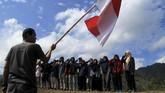 Sejumlah pemuda Kalukku melakukan upacara bendera di atas gunung Marano, Bebanga, Mamuju, Sulawesi Barat, Minggu (10/11/2019). Upacara Bendera di atas bukit tersebut bertujuan memperingati Hari Pahlawan Nasional dan dirangkaikan dengan bersih- bersih sampah diatas pegunungan. (ANTARA FOTO/ Akbar Tado)