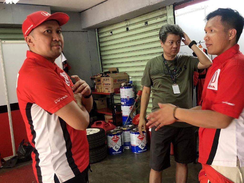 Duet TTI, Haridarma Manoppo dan Demas Agil mengalami keuntungan dari drive thru penalty yang diberikan kepada Alvin sehingga keduanya finis di posisi 1-2, diikuti Avila Bahar (ABM Motorsport) dan Alvin di posisi keempat. Foto: dok. ABM Motorsport