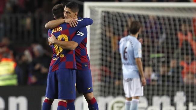 Lionel Messi mendapat ucapan selamat dari Luis Suarez usai menciptakan hattrick melawan Celta Vigo. Messi kini sudah mencetak delapan gol dari tujuh pertandingan Liga Spanyol. (AP Photo/Joan Monfort)