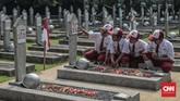 Sejumlah pelajar melakukan ziarah dan tabur bunga saat peringatan hari Pahlawan di Taman Makam Pahlawan Nasional Utama Kalibata, Jakarta, Minggu (10/11/2019). Ziarah tersebut dalam rangka peringatan Hari Pahlawan 10 November 2019. (CNN Indonesia/Bisma Septalisma)
