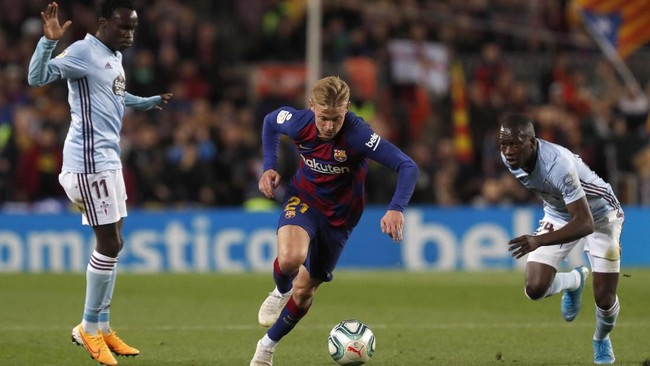 Gelandang Barcelona Frenkie de Jong berduel dengan pemain Celta Vigo Pione Sisto dan Nestor Araujo. Barcelona menjamu Celta dengan ambisi mempertahankan posisi di puncak klasemen Liga Spanyol. (AP Photo/Joan Monfort)