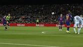 Celta Vigo sempat menyamakan kedudukan pada menit ke-42 melalui tendangan bebas Lucas Olaza. Tapi, Lionel Messi membayar tuntas gol tersebut dengan membawa Barcelona unggul 2-1 di injury time babak pertama juga lewat tendangan bebas. (AP Photo/Joan Monfort)
