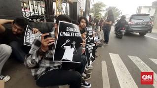 Demo Mahasiswa Warnai Sidang Aktivis Papua Surya Anta
