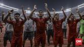 Para pemain Timnas Indonesia U-19 merayakan keberhasilan lolos ke putaran final Piala Asia U-19 2020 bersama suporter. (CNN Indonesia/Bisma Septalisma)