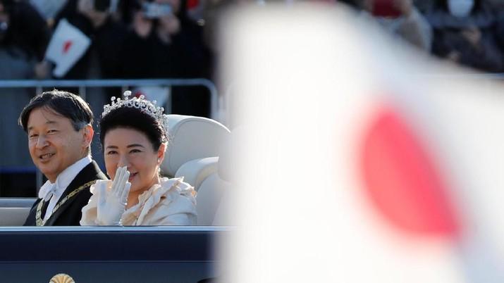 Puluhan ribu rakyat Jepang, berdiri di Tokyo menunggu parade Kaisar Jepang Naruhito dan Ratu Masako, Minggu (10/11/2019).