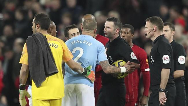Sempat ada adu argumen di akhir pertandingan seiring kontroversi yang terjadi di sepanjang laga Liverpool lawan Manchester City.(AP Photo/Jon Super)