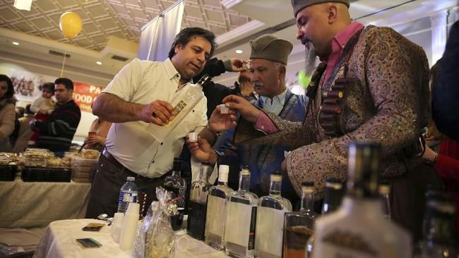 Iran memiliki sejarah yang kaya dalam pembuatan anggur. Enam guci tanah liat kuno pernah ditemukan oleh tim arkeolog Amerika Serikat di Pegunungan Zagros pada 1968 silam. Salah satu analisisnya mengungkapkan bahwa noda gelap di bagian bawah guci merupakan sisa minuman anggur. (AP Photo/Kamran Jebreili)