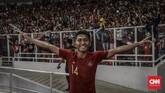 Pematin Timnas Indonesia U-19 Fajar Fathur Rachman merayakan kemenangan bersama suporter di SUGBK. (CNN Indonesia/Bisma Septalisma)