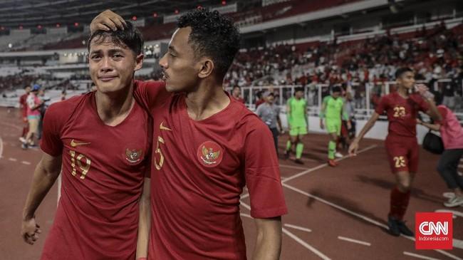 Salah satu pemain Timnas Indonesia U-19 menangis saat merayakan sukses melangkah ke Piala Asia U-19 2020 bersama suporter yang hadir di SUGBK. (CNN Indonesia/Bisma Septalisma)