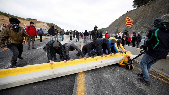 Intip Demo Warga Catalunya Blokir Perbatasan Spanyol-Prancis