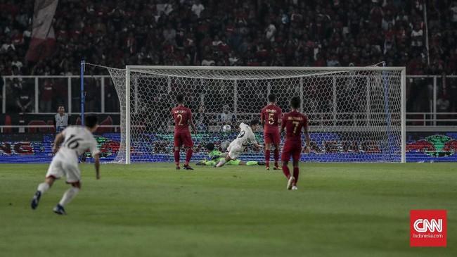 Laga memasuki menit ke-41, Timnas Indonesia U-19 kebobolan lebih dulu setelah tendangan keras pemain Korea Utara U-19 Kim Kwang-chong tidak mampu dihentikan kiper Ernando Ari. (CNN Indonesia/Bisma Septalisma)