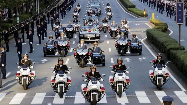 Deretan mobil dan motor 'mewah' menghiasi parade bersejarah di Jepang. (Masanori Takei/Kyodo News via AP)
