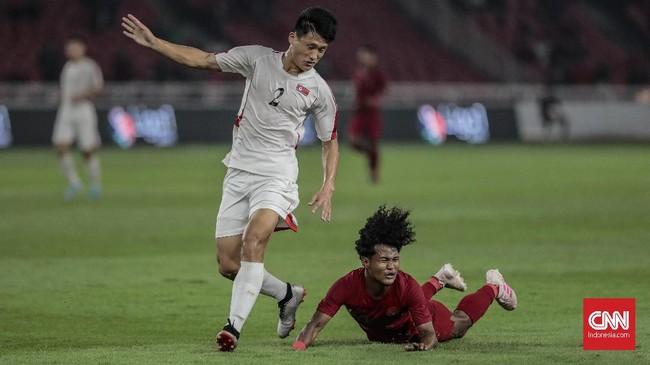 Momen penting bagi Timnas Indonesia U-19 terjadi pada menit ke-61 setelah wasit Mahmood Al-Majarafi menunjuk titik putih setelah Bagus Kahfi dijatuhkan di kotak penalti Korea Utara U-19. (CNN Indonesia/Bisma Septalisma)