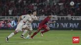 Pemain Timnas Indonesia U-19 Fajar Fathur Rachman berduel dengan pemain Korea Utara. Indonesia hanya butuh hasil imbang untuk memastikan lolos otomatis ke Piala Asia U-19 2020. (CNN Indonesia/Bisma Septalisma)
