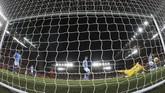 Sadio Mane melengkapi pesta gol Liverpool dengan gol ketiga The Reds di babak kedua. Mane mencetak sundulan memanfaatkan umpan silang Jordan Henderson.(AP Photo/Jon Super)