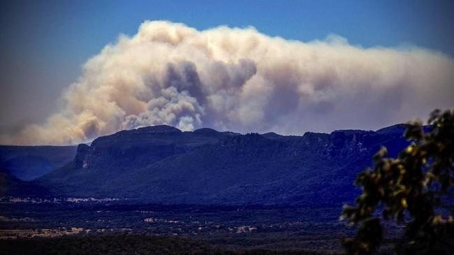 Pantauan citra satelit mencatat asap karhutla mengepul hingga jarak lebih dari 4.000 kilometer di sepanjang Laut Tasmania hingga Pulau Selatan, Selandia Baru. (Photo by DAVID GRAY / AFP)