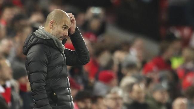 Pep Guardiola kesulitan meracik strategi lawan Liverpool. Manchester City hanya mampu mencatat satu gol balasan lewat Bernardo Silva.(AP Photo/Jon Super)