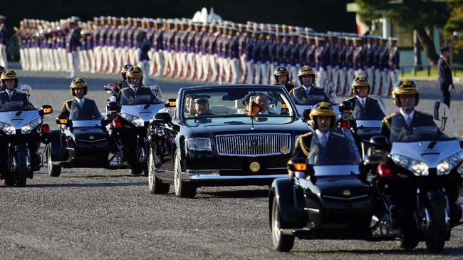 Sejumlah kendaraan gandeng mengelilingi Toyota Century yang ditumpangi Kaisar Naruhito dan Permaisuri Masako. (AP Photo/Eugene Hoshiko)