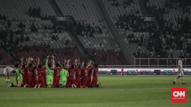 Skuat Timnas Indonesia U-19 merayakan kemenangan atas Korea Utara U-19 dan sukses melangkah ke putaran final Piala Asia U-19 2020 yang akan digelar di Uzbekistan. (CNN Indonesia/Bisma Septalisma)