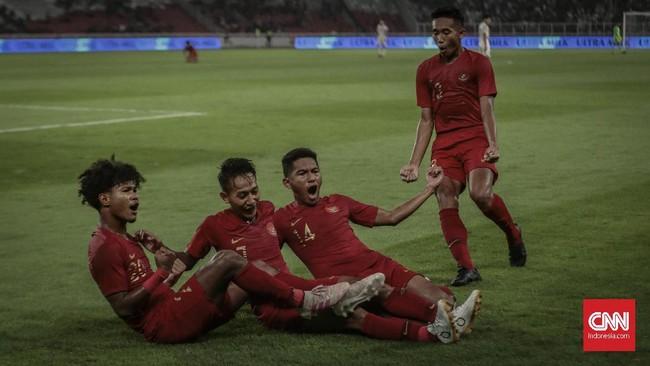 Bagus Kahfi (paling kiri) yang mengeksekusi penalti menjalankan tugas dengan sempurna dan membawa kedudukan imbang 1-1 untuk Timnas Indonesia U-19. (CNN Indonesia/Bisma Septalisma)