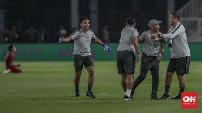 Skor imbang 1-1 bertahan hingga laga usai dan Timnas Indonesia U-19 memastikan langkah putaran final Piala Asia U-19 2020 sebagai juara Grup K. Fakhri Husaini dan tim pelatih Indonesia U-19 terlihat merayakan kemenangan. (CNN Indonesia/Bisma Septalisma)