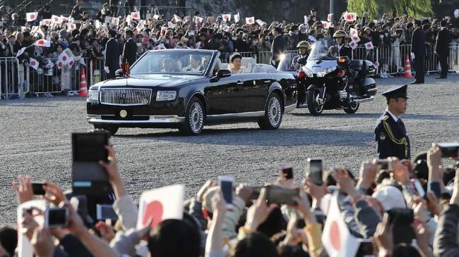 Toyota Century atap terbuka (soft top) didesain khusus untuk parade penobatan Kaisar Naruhito dan Permaisuri Masako. (Photo by STR / JIJI PRESS / AFP)