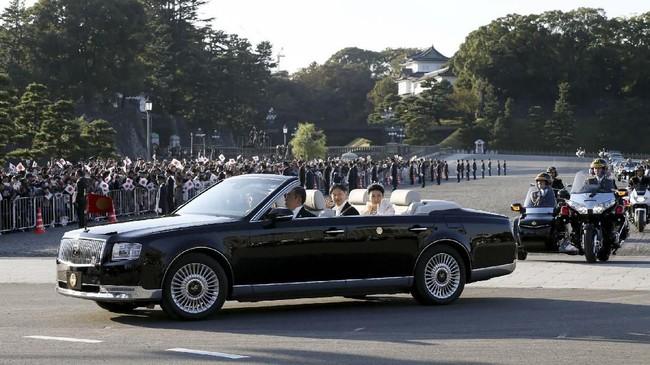 Kaisar Naruhito dan Permaisuri Masako menumpangi Toyota Century atap terbuka (soft top) warna hitam. (Photo by STR / JIJI PRESS / AFP)